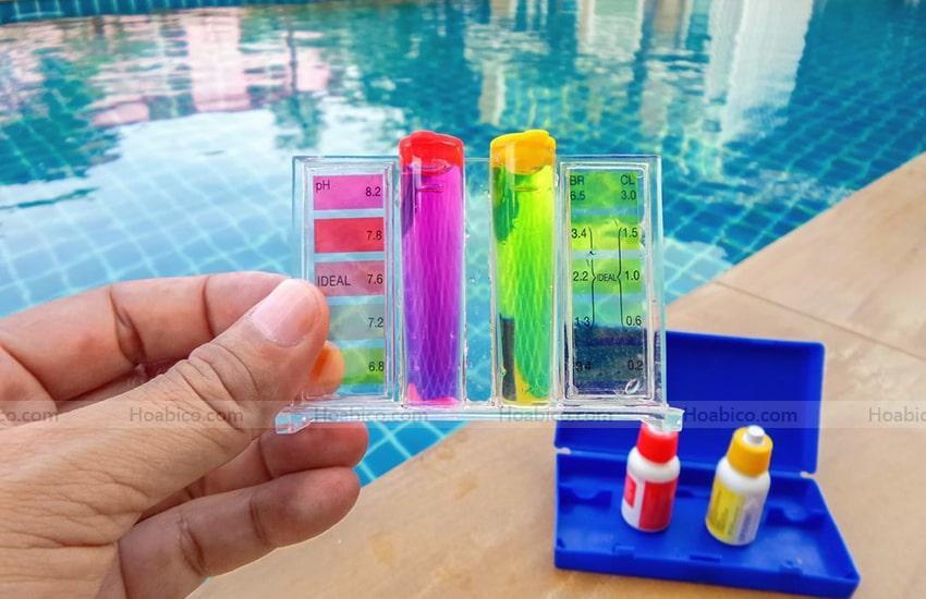 Bước 4: Tiến hành so sánh với bảng màu tiêu chuẩn được trang bị trong cùng bộ test